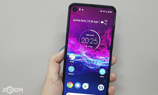 Tela do Motorola One Action tem bordas finas e formato alongado